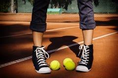 Tennisbälle auf einem Tennisplatz stockfotografie