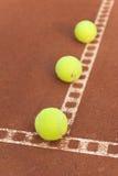 Tennisbälle auf Gericht stockfotografie