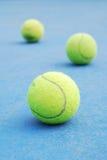 Tennisbälle auf Gerichtsfeld Stockfotos