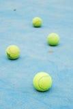 Tennisbälle auf Gerichtsfeld Lizenzfreie Stockbilder