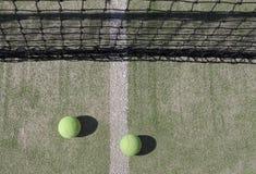 Tennisbälle mit Netz im Hintergrund Stockfotos