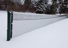 Tennisbaan in de sneeuw, lange mening Stock Foto's