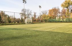 Tennisbaan in het gemodelleerde park royalty-vrije stock afbeeldingen