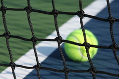 Tennisbaan met bal Stock Afbeeldingen
