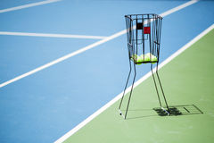 Tennisbaan met een van het balmand en tennis ballen daarin Stock Afbeelding