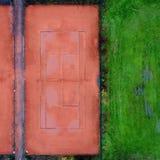 Tennisbaan met rood langs grint naast een gazon, abstract effect Royalty-vrije Stock Foto's