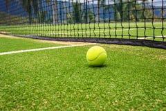 Tennisbaan met tennisbal Royalty-vrije Stock Foto