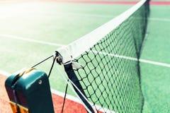 Tennisbaan netto in zonlicht Stock Afbeeldingen