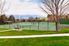 Tennisbaan in Salt Lake City met bergmening Stock Afbeeldingen