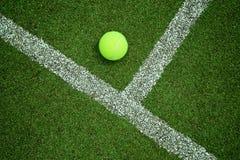 Tennisbal dichtbij de lijn op het hofgoed van het tennisgras voor backgro Stock Foto's