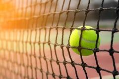 Tennisbal die aan netto op de achtergrond van het onduidelijk beeldhof raken Royalty-vrije Stock Foto