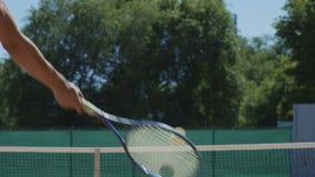 Tennisbal die over netto vliegen stock video