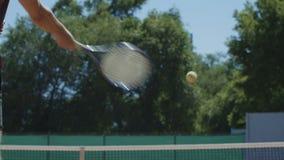 Tennisbal die over netto vliegen stock footage
