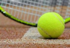 Tennisbal en racket op de hofachtergrond Stock Foto's