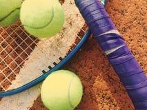 Tennisbal en racket op kleitennisbaan Royalty-vrije Stock Foto's