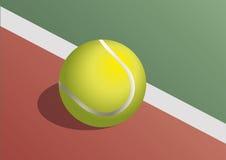 Tennisbal in het hof Royalty-vrije Stock Afbeeldingen
