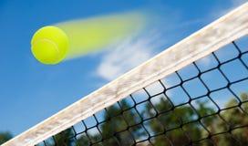 Tennisbal het vliegen Stock Afbeelding