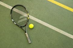 Tennisbal met de racket op het hof behang Stock Fotografie