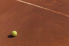 Tennisbal naast lijn Royalty-vrije Stock Fotografie