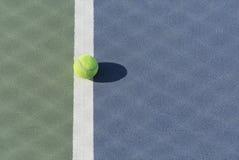 Tennisbal op blauw en groen hard hof Royalty-vrije Stock Foto