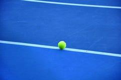 Tennisbal op de tennisbaan Royalty-vrije Stock Foto's