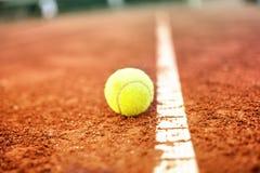 Tennisbal op een hof van de tennisklei Stock Afbeeldingen