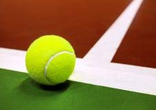 Tennisbal op een tennisbaan royalty-vrije stock foto