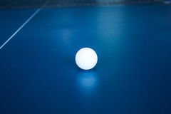 Tennisbal op een tennislijst Stock Afbeelding