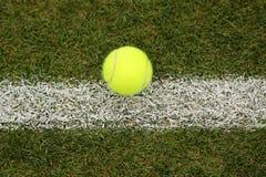 Tennisbal op grastennisbaan Royalty-vrije Stock Foto's