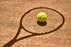 Tennisbal op grond Stock Afbeelding