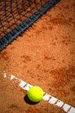 Tennisbal op Hof Royalty-vrije Stock Foto's