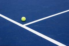 Tennisbal op tennisbaan Royalty-vrije Stock Foto's