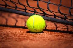 Tennisbal op tennisbaan royalty-vrije stock afbeelding