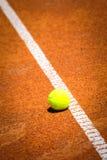 Tennisbal op tennisbaan royalty-vrije stock fotografie