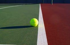 Tennisbal op Vuile Lijn Stock Fotografie