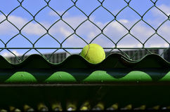 Tennisbal uit Royalty-vrije Stock Foto's
