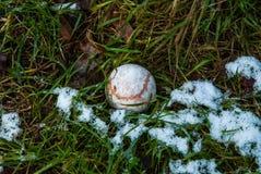 Tennisbal in verrotting en sneeuw stock foto's
