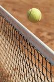 Tennisball über dem Netz Lizenzfreies Stockbild