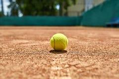 Tennisball auf dem Boden Stockfotos