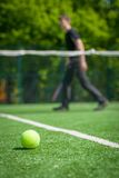 Tennisball auf dem Gericht Stockbild