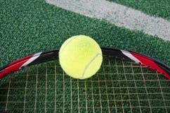 Tennisball auf dem Schläger Stockfoto