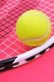 Tennisball auf dem Schläger Stockfotos