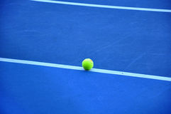 Tennisball auf dem Tennisplatz Lizenzfreie Stockfotos