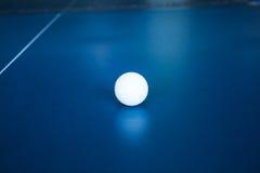 Tennisball auf einer Tennistabelle Stockfoto