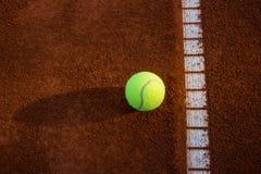 Tennisball auf Gericht stockfotografie