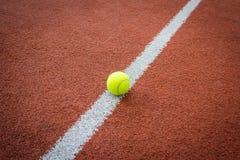 Tennisball auf Linie des Gerichtes Stockbild