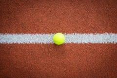 Tennisball auf Linie des Gerichtes Stockbilder