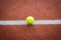 Tennisball auf Linie des Gerichtes Stockfotos