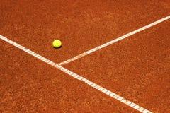 Tennisball auf Tennisplatz Lehmoberfläche Lizenzfreie Stockfotografie