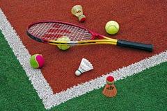 Tennisball-, Badmintonfederbälle u. Racket-2 stockfoto